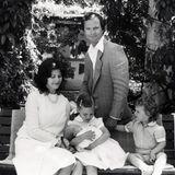 """10. Juni 1982  Mit der Geburt von Prinzessin Madeleine ist die Familie endlich komplett. Prinzessin Victoria wird damit zur zweifachen """"großen Schwester"""" und ist sichtlich stolz auf ihre Rolle als Aufpasserin."""