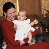 9. Dezember 1977  Königin Silvia trifft Vorbereitungen für das erste Weihnachtsfest als dreiköpfige Familie. Die kleine Victoria hilft ihr fleißig den Weihnachtsbaum zu schmücken.