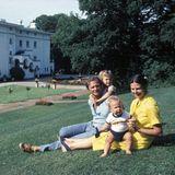 1980  Die glücklichen Eltern verbringen viel Zeit im Schloss Solliden. Hier können sie mit ihren zwei Kindern toben und die Sonne genießen.