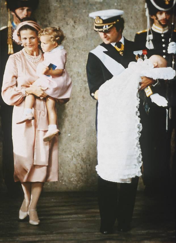 Am 31. August 1979 findet die Taufe des kleinen Prinzen in der königlichen Kapelle in Stockholm statt - mit Papa König Carl Gustaf. Der hatte nämlich die Geburt seines Sohnes verpasst, da er sich auf einer Feier auf der Insel Mainau im Bodensee befand, als Silvias Wehen einsetzten.
