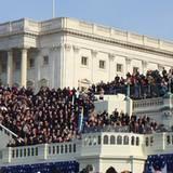 Barack Obama zeigt sich auf dem Balkon des Capitols.