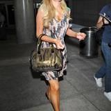 Bei Paris Hilton passt die Hautarbe ihres Oberkörpers nicht so ganz mit der ihrer Beine zusammen. Und die hellen Flecken am Unterschenkel sind wohl auch nicht geplant gewesen.