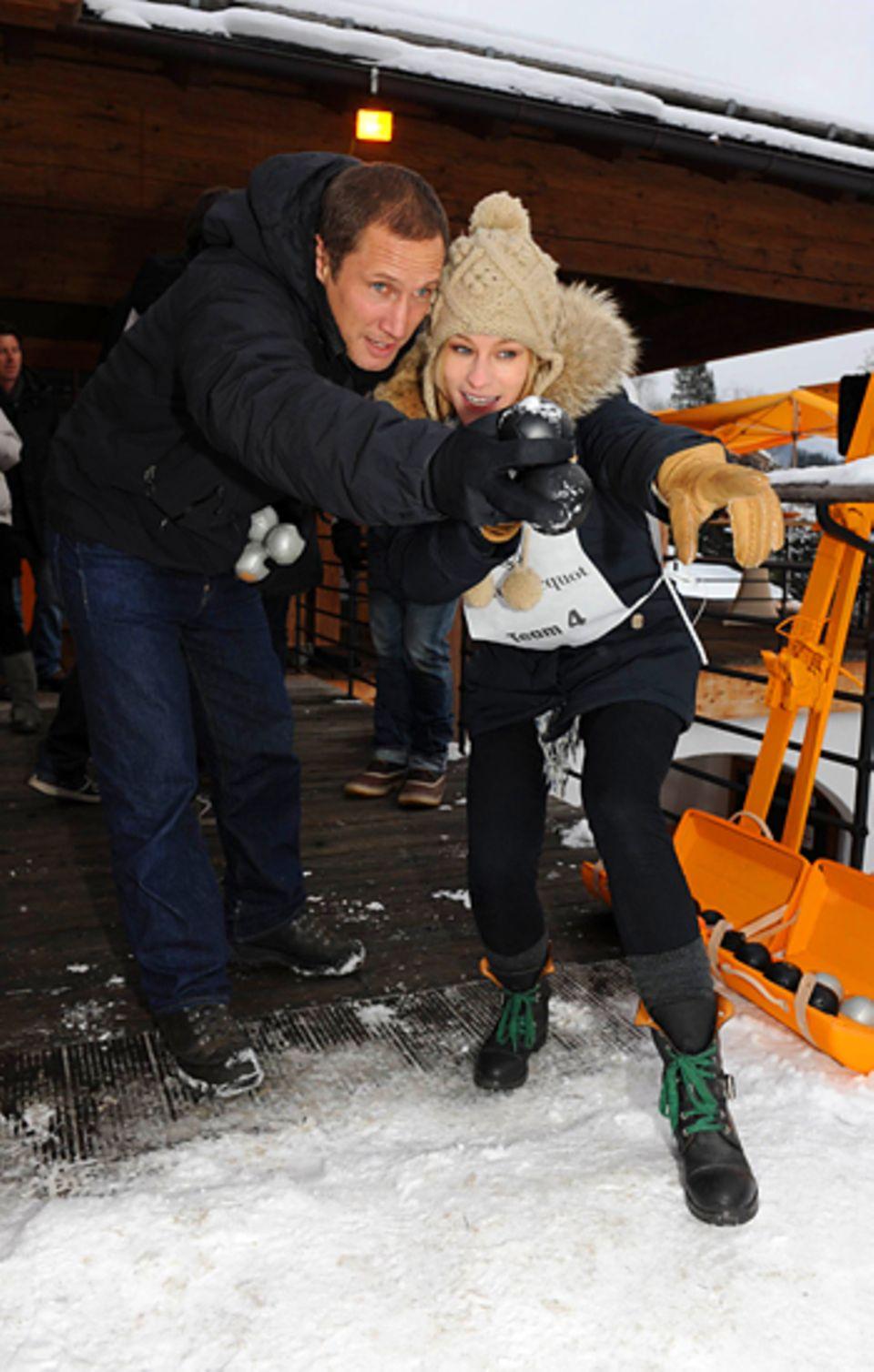 """21. Januar 2011: Benno Fürmann und Dorkas Kiefer spielen Eis-Pétanque bei der """"Veuve Clicquot""""- Après-Ski-Party in Kitzbühel."""