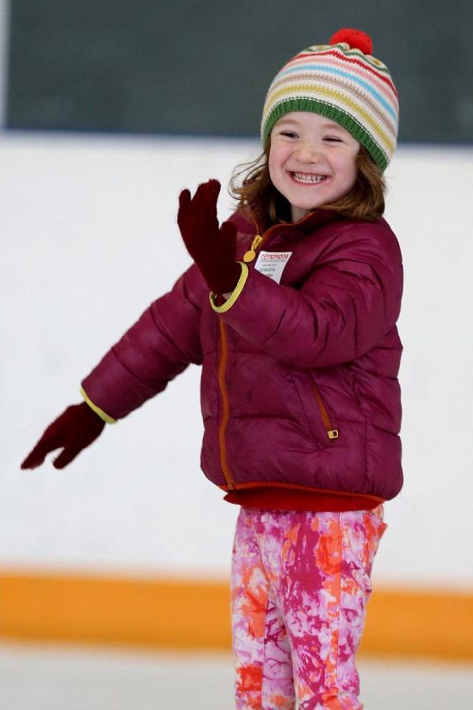 Alyson Hannigan sieht ihrer Tochter Satyana beim Schlittschuhlaufen zu und feuert sie an.