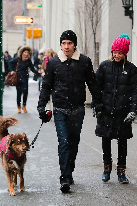 Amanda Seyfried und Freund Justin Long spazieren samt Hund im Schnee durch New York und wirken dabei sehr verliebt.