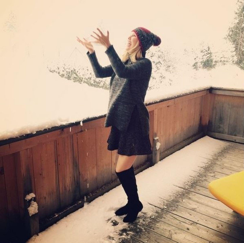 Monica Ivancan freut sich über den ersten Schnee in Österreich.