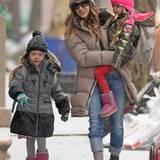 Während es schneit spaziert Sarah Jessica Parker mit ihren zwei Töchtern durch New York City.