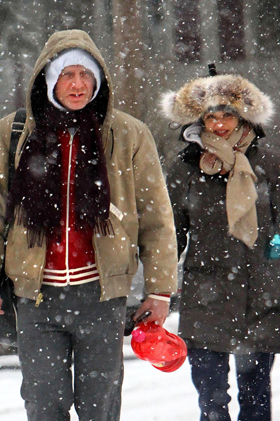 Daniel Craid und Rachel Weisz stapfen mit Schal und Mütze durch den New Yorker Schnee.
