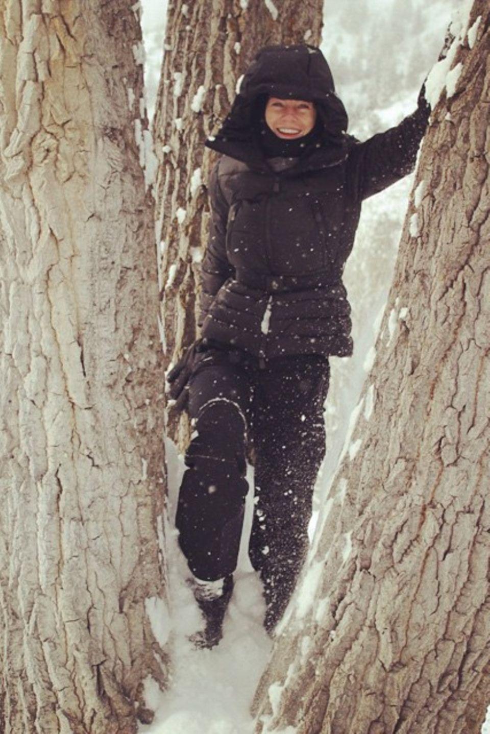 Dick eingepackt spielt Ellen Pompeo im Schnee.