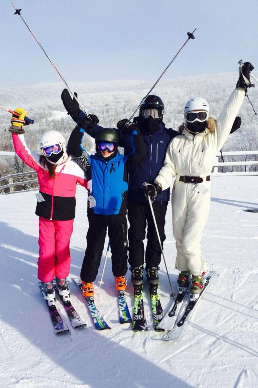Welche glückliche Familie verbirgt sich hinter diesen Skibrillen? Catherine Zeta-Jones und Michael Douglas machen mit ihren beiden Kindern Dylan, 13 und Carys, zehn, Urlaub im kanadischen Quebec. Dabei arbeitet das Expaar wohl auch an seiner Beziehung.