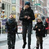 Auf dem Weg zur Schule freuen sich Naomi Watts Kinder Samuel und Alexander über die ersten Schneeflocken.