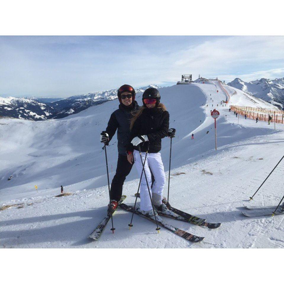 Mario Götze und Ann-Kathrin Brömmel lassen den Stress des Jahres auf der Schneepiste zurück.