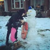 Justin Bieber hat einen Schneemann gebaut und tollt mit der Tochter eines befreundeten Pastors herum.