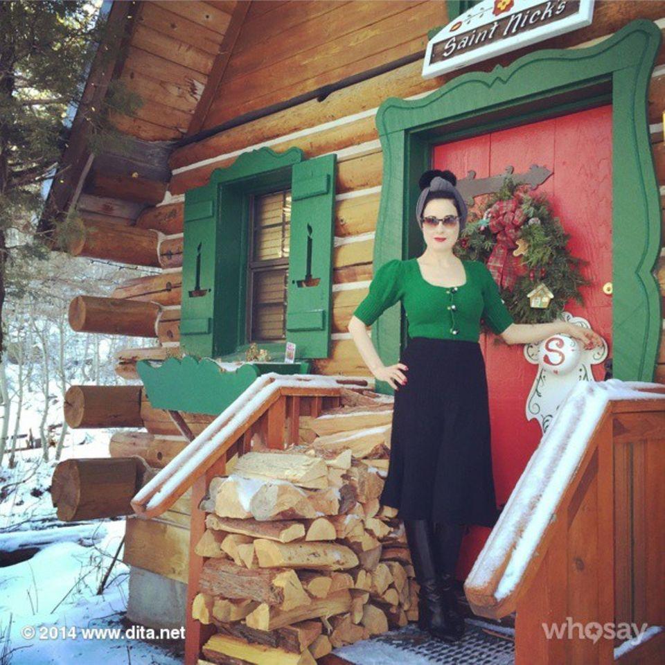 """Dita von Teese verbringt ihre Winterferien im """"Winterwonderland"""" """"Lake Tahoe"""" und passt sich optisch den örtlichen Begebenheiten an."""