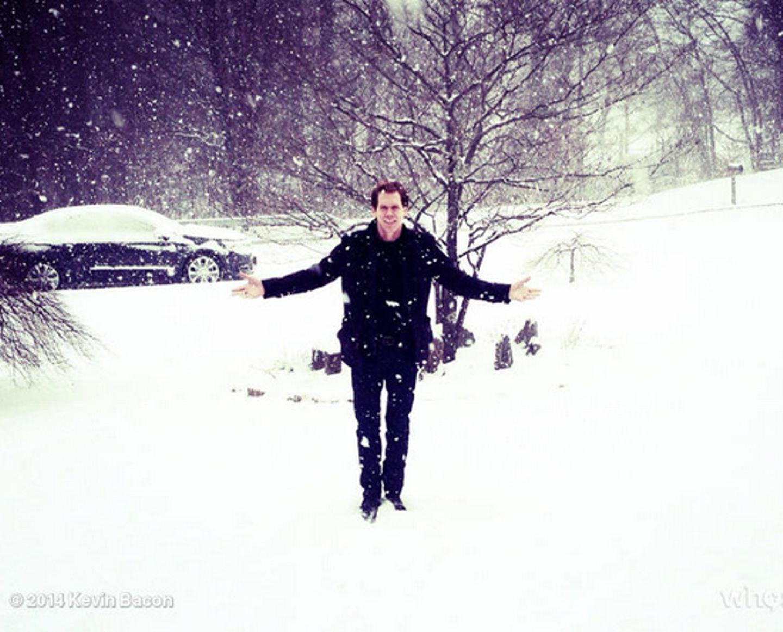 """""""Nur ein weiterer Tag bei @TheFollowingFOX"""", kommentiert Kevin Bacon, ein Foto, das ihn im Schneegestöber bei den Dreharbeiten seiner Serie """"The Following"""" zeigt."""