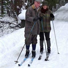 Prinz Charles und Camilla zeigen sich auf Skiern für die offizielle Weihnachtskarte 2010.