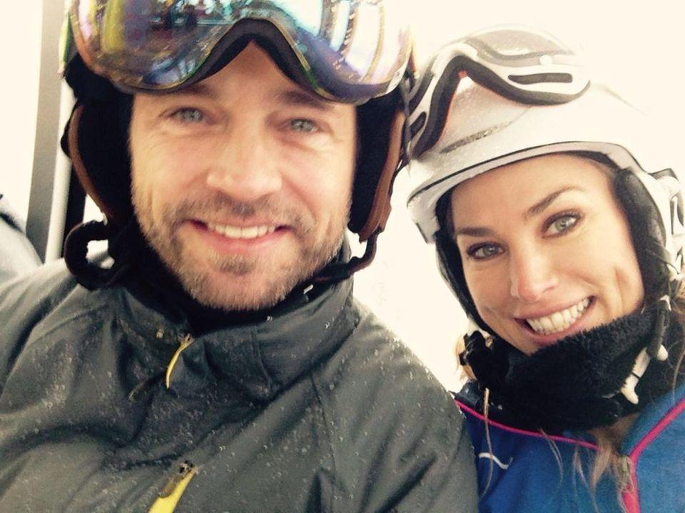 """Jason Priestley fährt zusammen mit seiner Frau Naomi im Skiurlaub mit der """"Peak to Peak Gondola"""" in Kanada."""