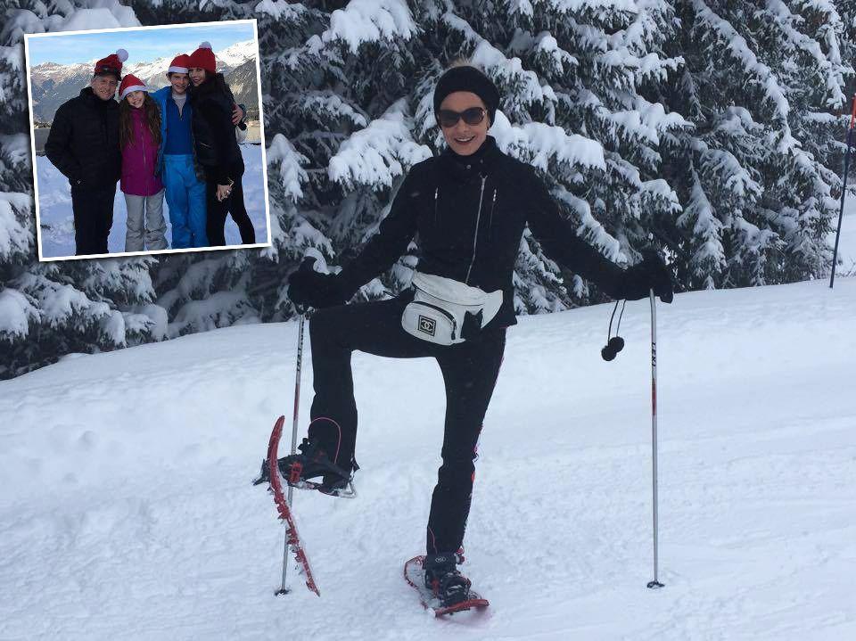 Catherine Zeta-Jones macht sich mit Schneeshuhen auf den Weg durch die Alpen. An Weihnachten wünschte sie mit Noch-Ehemann Michael Douglas und den gemeinsamen Kindern fröhliche Weihnachten.