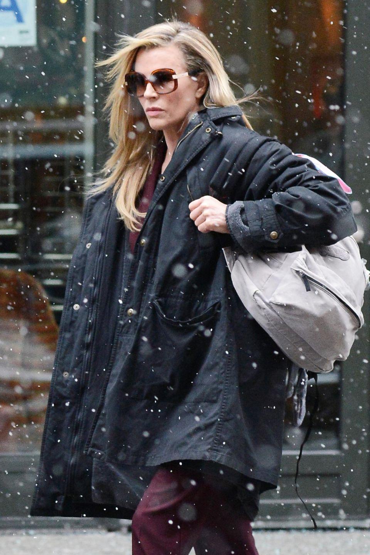 """Kim Basinger, die gerade in New York ist um ihren Film """"Grudge Match"""" zu bewerben, trägt trotz Schneefall eine Sonnenbrille."""