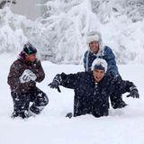Familienzeit wird bei den Obamas groß geschrieben: hier tobt der Präsident mit seinen Töchtern im Schnee.