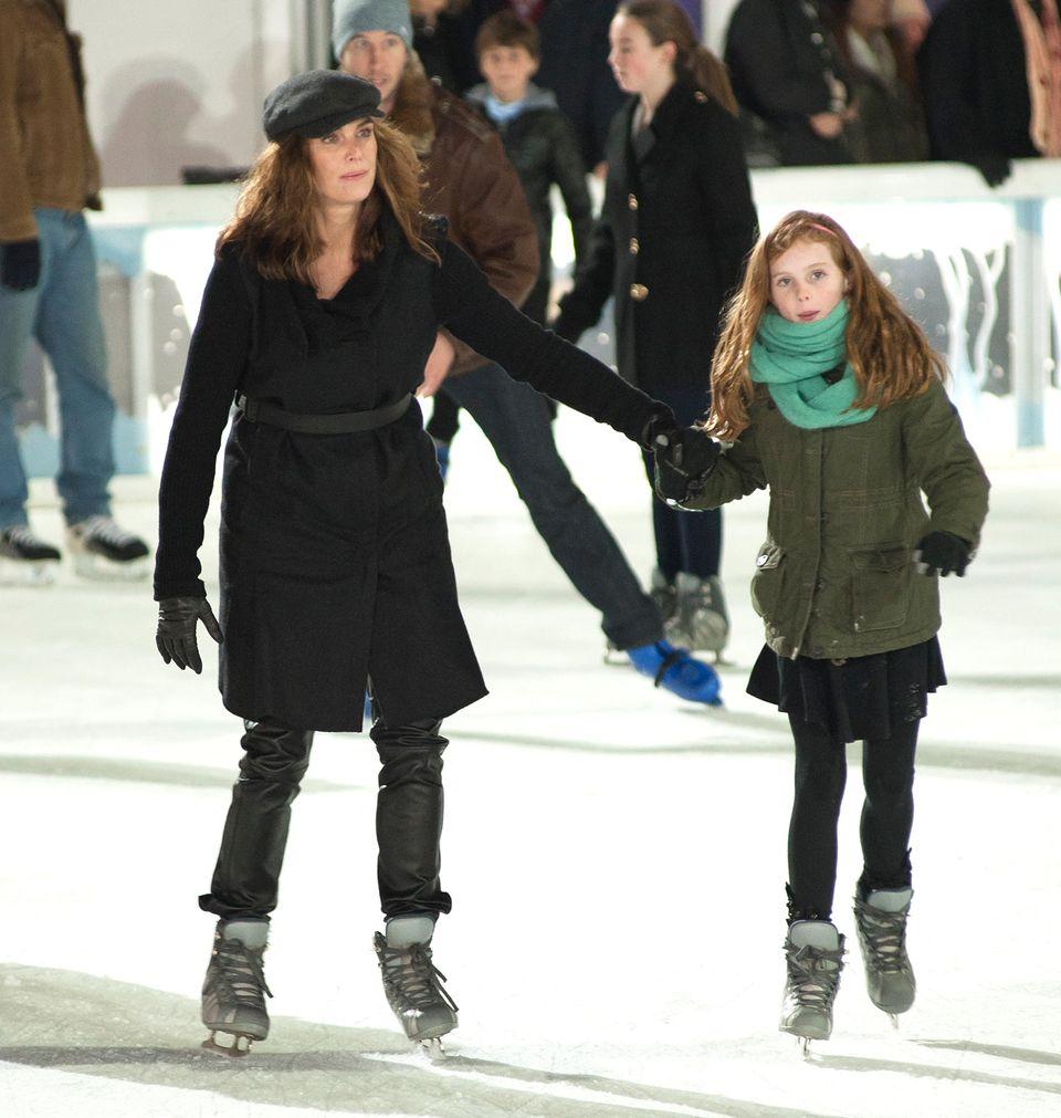 Auch Brooke Shields und ihre Tochter drehen im Bryant Park ihre Runden auf dem Eis.