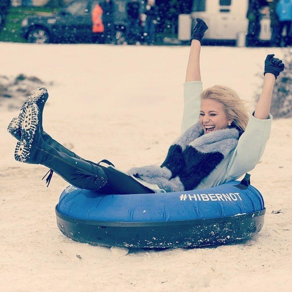 """Pixie Lott hat sichtlich Spaß beim Rodeln am """"Hibernot Snow Day"""" in London."""