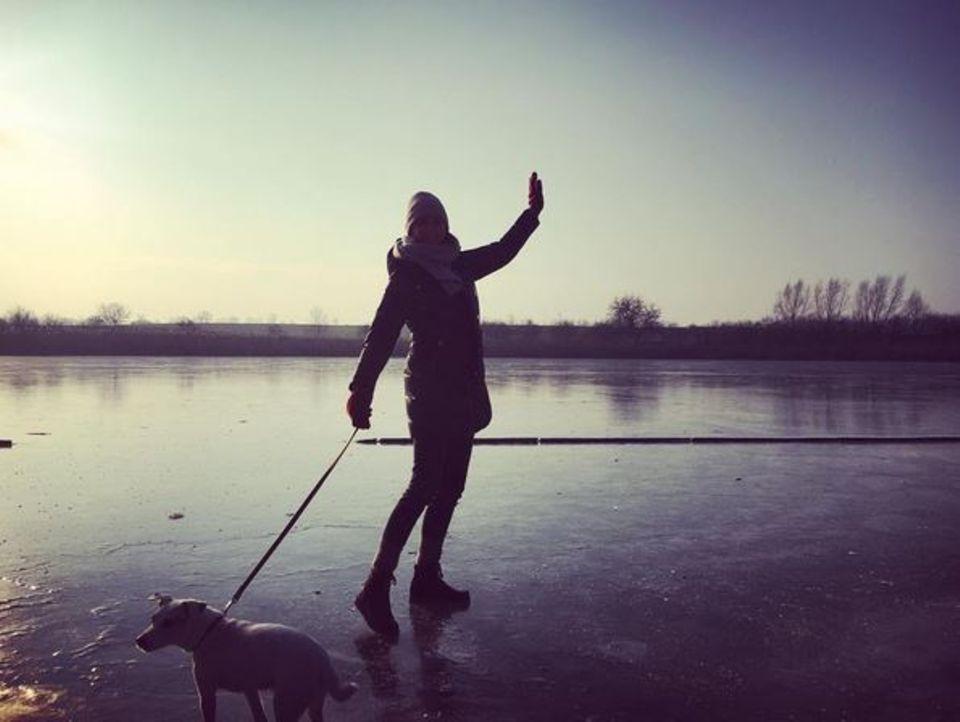 Eva Padberg wagt sich mit ihrer Hündin Hilde auf einen gefrorenen See in der Uckermark. Jetzt blos nicht einbrechen!
