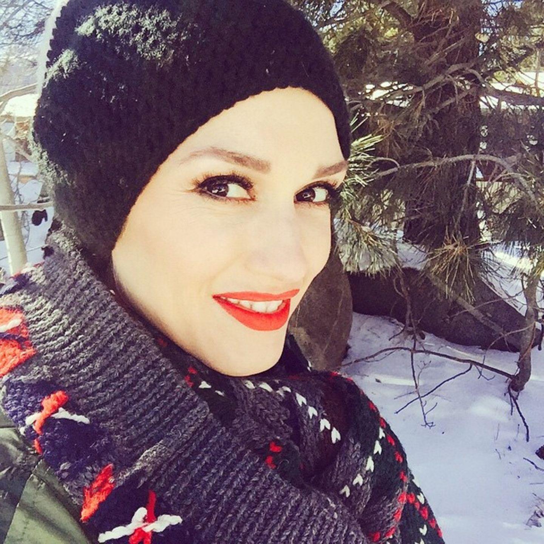 Wie ein kleines Kind strahlt Gwen Stefani über den Schnee zur Weihnachtszeit.