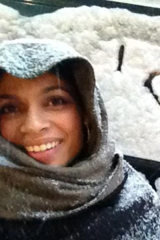 Rosario Dawson freut sich über den Schnee in New York und drückt dies mit einem Schriftzug im Schnee aus.