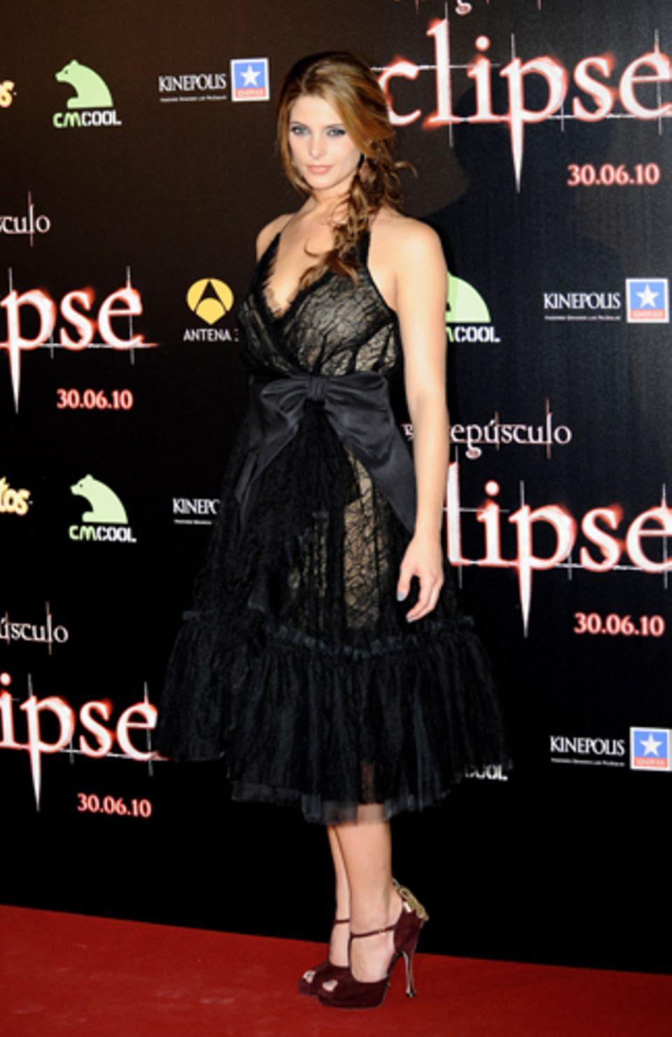 Ashley Greene trägt ein aufwändiges Kleid und rote Pumps.