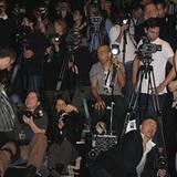 """Die """"Fotografenmeute"""" am Ende des Laufstegs"""