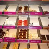 Donuts helfen uns, die Wartezeit am zugigen Berliner Hauptbahnhof zu verkürzen. Wenn das Boris Entrup wüßte...