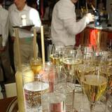 Perlende Getränke und Gespräche zu jazzigen Klängen im Ellington Hotel