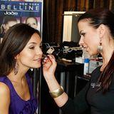"""Nadine Warmuth nutzte die Gelegenheit, sich an einer der insgesamt vier Make-up-Stationen von """"Maybelline Jade"""" professionell st"""