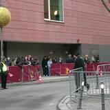 """Schon früh morgens stehen die ersten Fans vor dem Hintereingang des """"Hyatt""""-Hotel"""