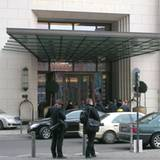 """Vor dem Hotel """"Ritz Carlton"""" haben sich am Freitagmittag nur zwei Fotorafen postiert"""