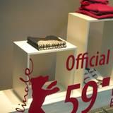 Angrenzende Geschäfte präsentieren sich als offizieller Partner und bieten Merchandising-Produkte an