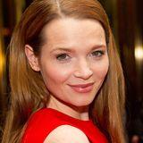 Karoline Herfurth zeigt, dass Rothaarige auch mit roten Outfits toll aussehen.