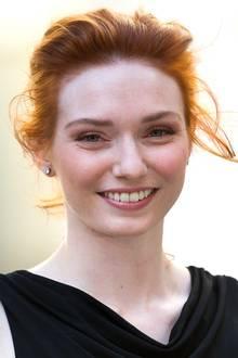 Die englische Schauspielerin Eleanor Tomlinson hat nicht nur ein wunderschönes Charaktergesicht, sondern bleibt auch wegen ihrer feuerroten Haare sofort im Gedächtnis.