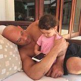 Actionstar Vin Diesel zeigt auch mal seine sanfte Seite. Der stolze Papa schaut seiner Kleinen beim Spielen mit dem Smartphone zu.