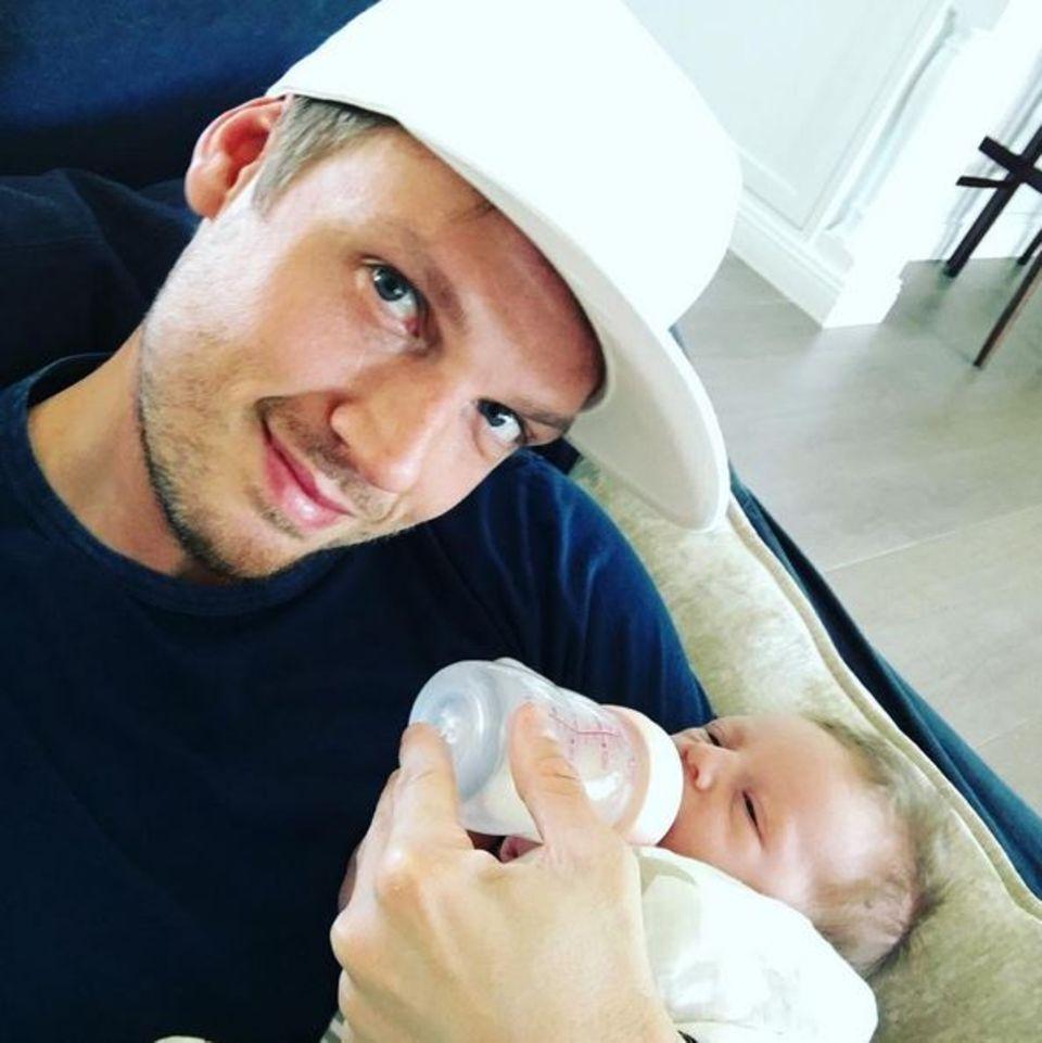 3. Mai 2016: Nick Carter gibt seinem Sohn Odin die Flasche und lässt uns auf Instagram an diesem schönen Moment teilhaben.