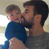 """Für dieses niedliche Foto müsste man doch glatt eine """"Viel-zu-süß-rote-Karte"""" zücken. Viel zu hinreißend ist das Selfie von Kicker Gerard Piqué und seinem jüngsten Sohn Sasha."""