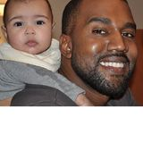 Kanye West strahlt übers ganze Gesicht als er Töchterchen North huckepack nimmt. Stolzer kann einer Vater kaum sein.