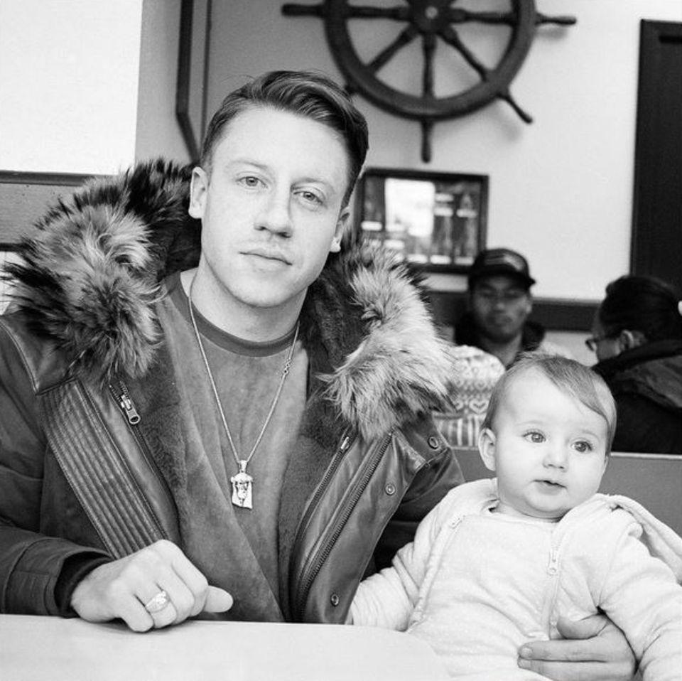 """Statt einen """"Thrift Shop"""" zu betreten, dürfte Rapper Macklemore seit Mai 2015 eher in einem Laden für Babykleidung einkaufen gehen. Da kam nämlich Töchterchen Sloane Ava Simone Haggerty zur Welt, der der Musiker sogar schon ein eigenes Lied widmete."""