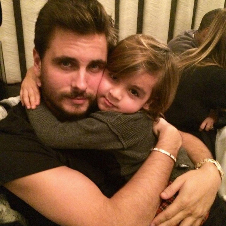 Sohn Mason kuschelt mit seinem Papa Scott Disick und gratuliert ihn zu seinem Geburtstag.