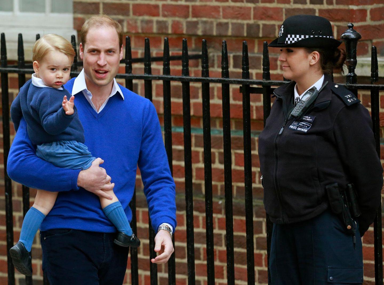 Prinz William bringt seinen Sohn Prinz George zum Krankenhaus, er soll seine kleine Schwester noch vor den wartenden Fans und Reportern begrüßen dürfen.
