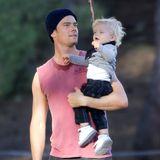 Während Dreharbeiten wird Josh Duhamel von seinem Sohn Axl überrascht. Beide genießen die willkommene Abwechslung sehr.