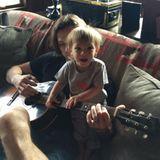 """Jared Padalecki und sein 14 Monate alter Sohn """"spielen"""" zusammen Gitarre."""