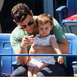 """""""Hangover""""-Darsteller Justin Bartha erklärt seiner kleinen Tochter Asa Charlotte bei den US Open, wie Tennis funktioniert."""