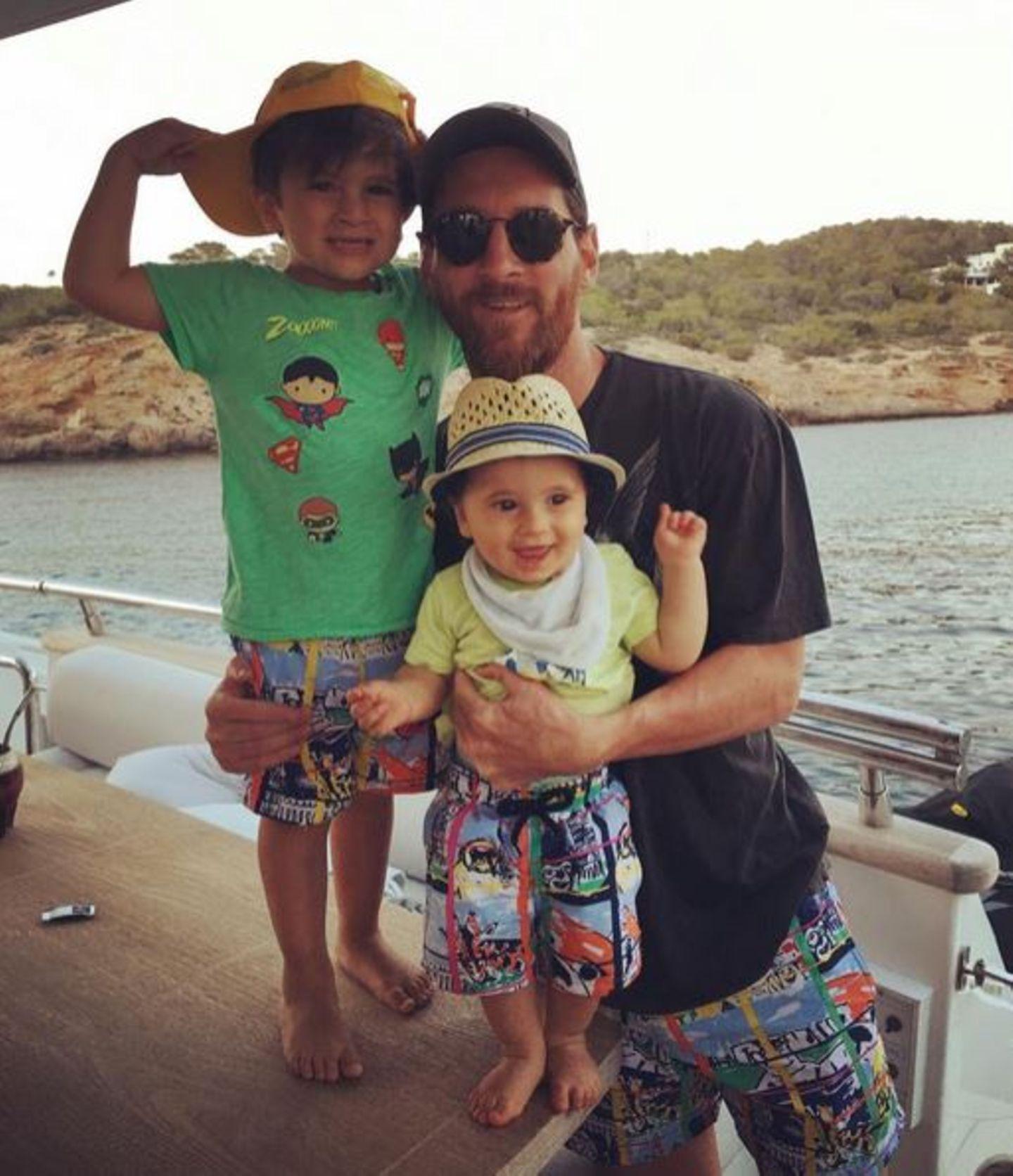 Daddy und die Jungs im Partnerlook: Im Urlaub zeigt sich Lionel Messi in der gleichen Shorts wie seine Söhne Thiago und Mateo.